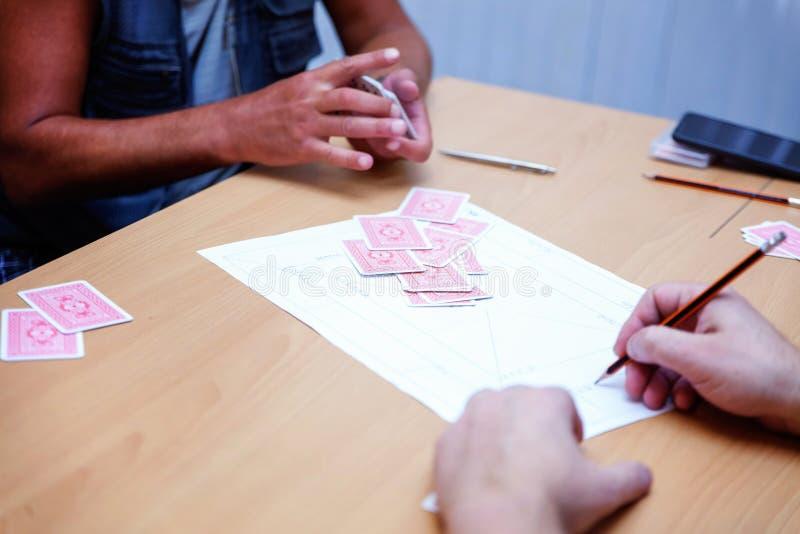 Οι άνθρωποι παίζουν τις κάρτες στοκ εικόνες