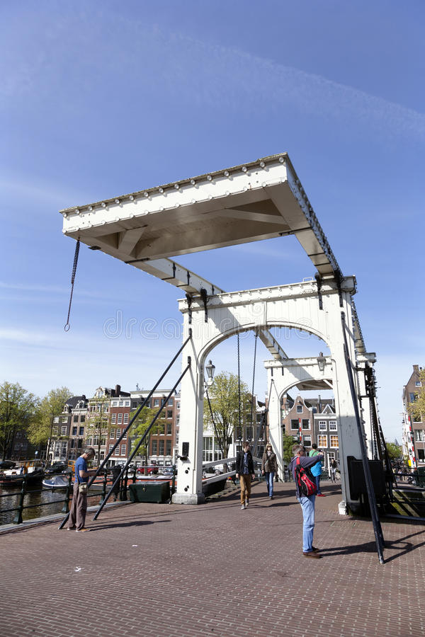 Οι άνθρωποι παίρνουν τις εικόνες στη μεμβρανοειδή γέφυρα στο Άμστερνταμ στοκ εικόνες με δικαίωμα ελεύθερης χρήσης