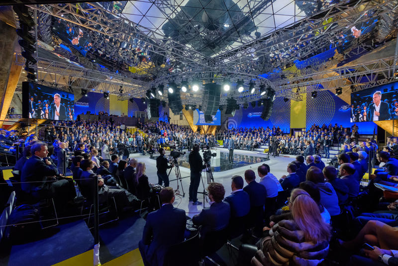 Οι άνθρωποι παρευρίσκονται στο ανοικτό φόρουμ καινοτομιών το 2016 στη νέα οικοδόμηση Skolkovo Technopark στοκ εικόνες