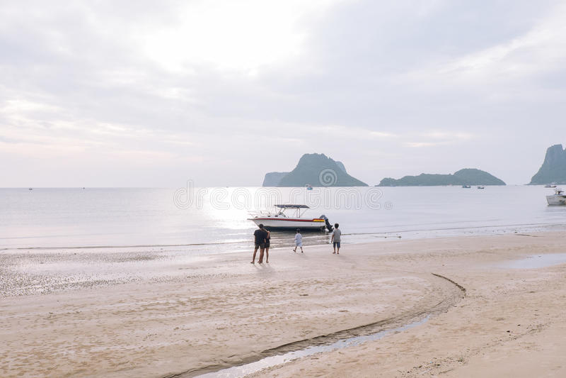 Οι άνθρωποι περιμένουν και ρολόι στην ακτή ως αλιευτικά σκάφη στη θάλασσα στοκ φωτογραφίες με δικαίωμα ελεύθερης χρήσης