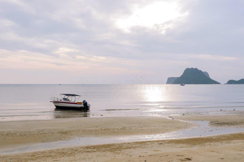 Οι άνθρωποι περιμένουν και ρολόι στην ακτή ως αλιευτικά σκάφη στη θάλασσα στοκ φωτογραφίες