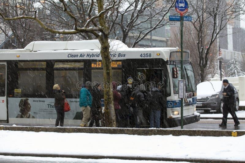 Οι άνθρωποι περιμένουν να επιβιβαστούν στο δημόσιο λεωφορείο κατά τη διάρκεια της θύελλας χιονιού στο Bronx Ν στοκ εικόνα