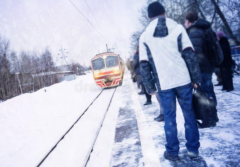 Οι άνθρωποι περιμένουν το τραίνο, βιασύνη να εργαστούν στοκ φωτογραφία με δικαίωμα ελεύθερης χρήσης
