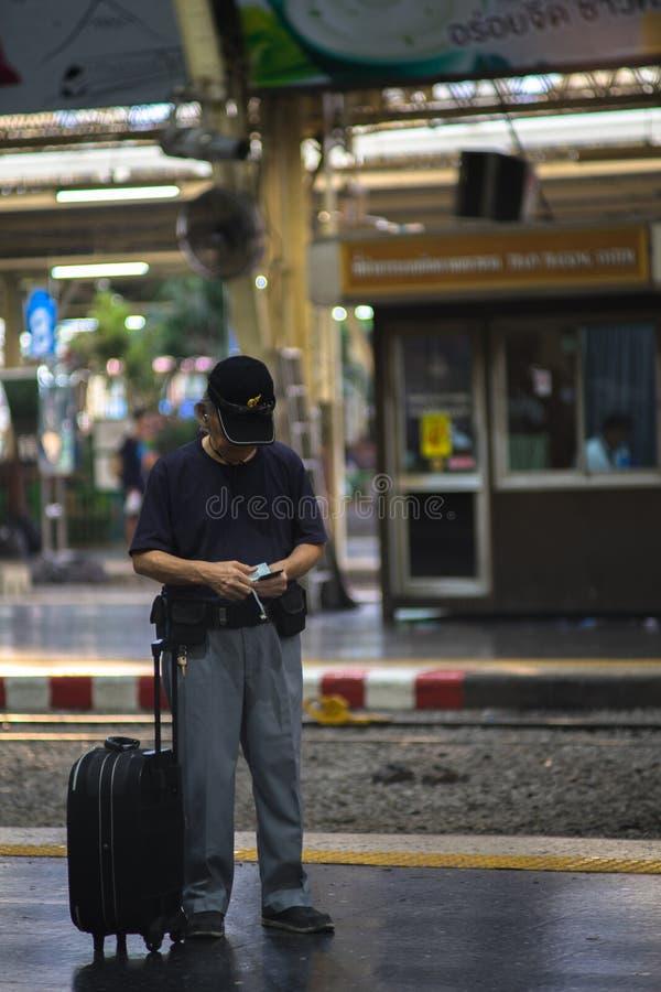 Οι άνθρωποι περιμένουν το χρόνο αναχώρησης στον επικεφαλής τελικό σταθμό τραίνων στη Μπανγκόκ, η οποία ανέξοδη τιμή εσωτερική αλλ στοκ εικόνα με δικαίωμα ελεύθερης χρήσης