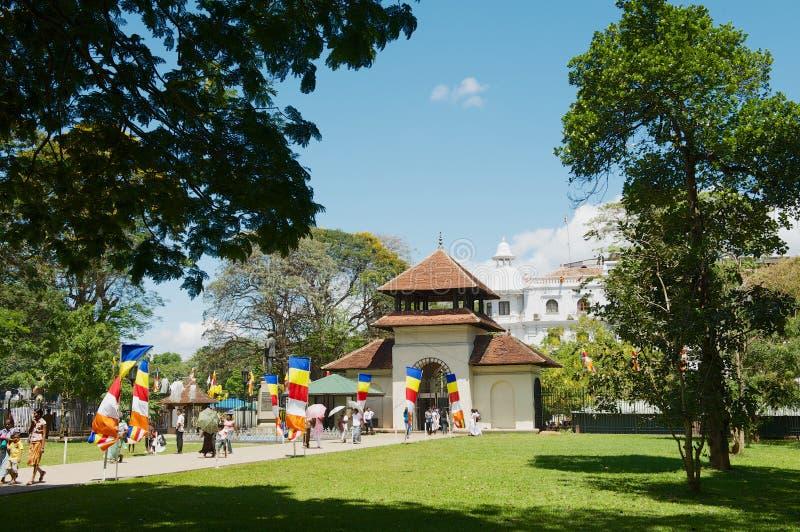Οι άνθρωποι περνούν την πύλη εισόδων στο ναό του δοντιού Sri Dalada Maligawa σε Kandy, Σρι Λάνκα στοκ εικόνα