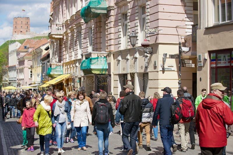 Οι άνθρωποι περπατούν από την οδό της παλαιάς πόλης με τον πύργο Gediminas στο υπόβαθρο σε Vilnius, Λιθουανία στοκ εικόνες