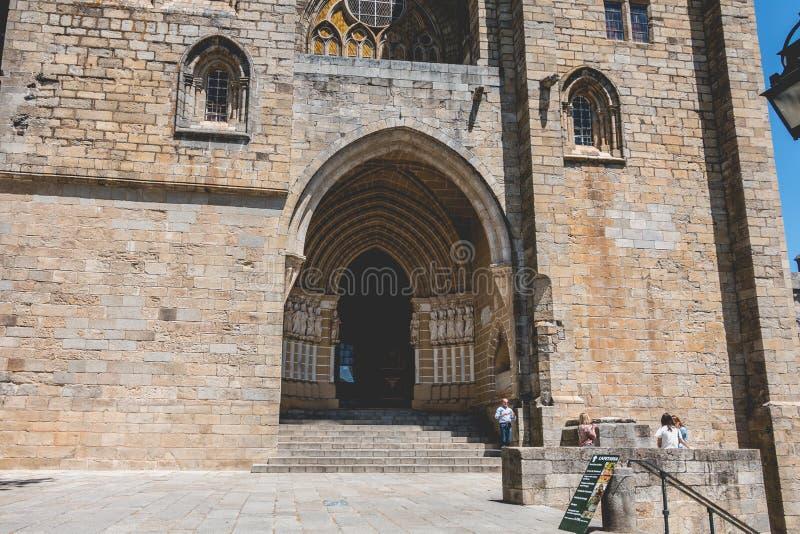 Οι άνθρωποι περπατούν μπροστά από τη βασιλική καθεδρικών ναών της κυρίας θορίου μας στοκ φωτογραφίες