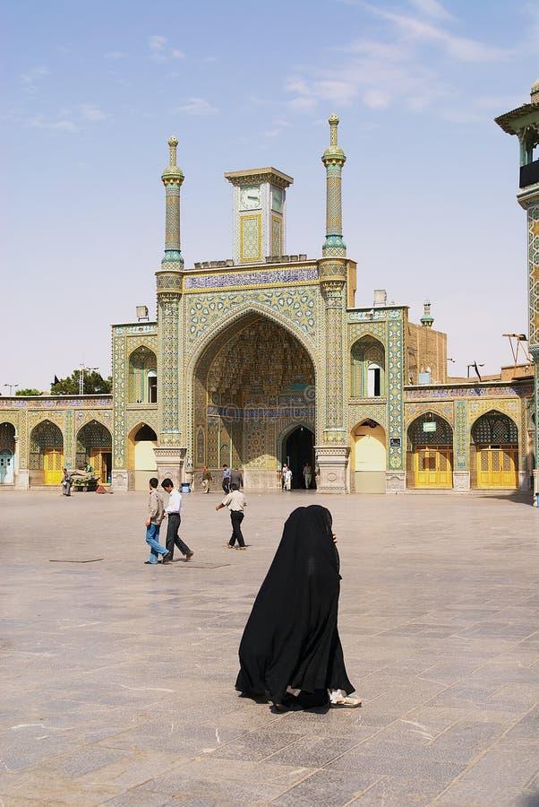 Οι άνθρωποι περπατούν μπροστά από τη Fatima Masumeh Shrine σε Qom, Ιράν στοκ εικόνες