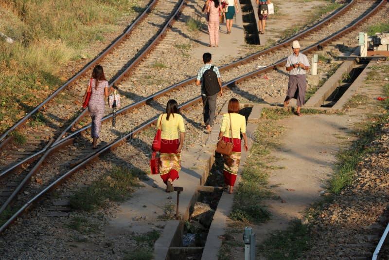 Οι άνθρωποι περπατούν πολύ στις διαδρομές σιδηροδρόμων που συνδέει σε Yangon στοκ φωτογραφία με δικαίωμα ελεύθερης χρήσης
