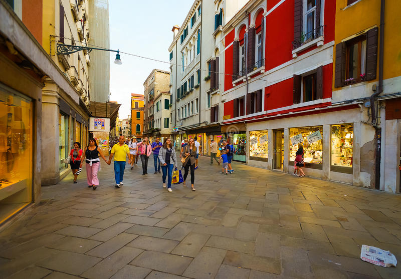 Οι άνθρωποι περπατούν στις οδούς της Βενετίας στοκ εικόνα με δικαίωμα ελεύθερης χρήσης