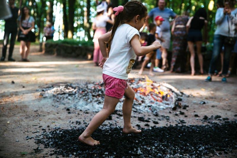 Οι άνθρωποι πηγαίνουν γύρω από τους άνθρακες σε ένα φεστιβάλ στο Τσερκάσυ Ουκρανία, στις 10 Ιουνίου 2018 στοκ φωτογραφία