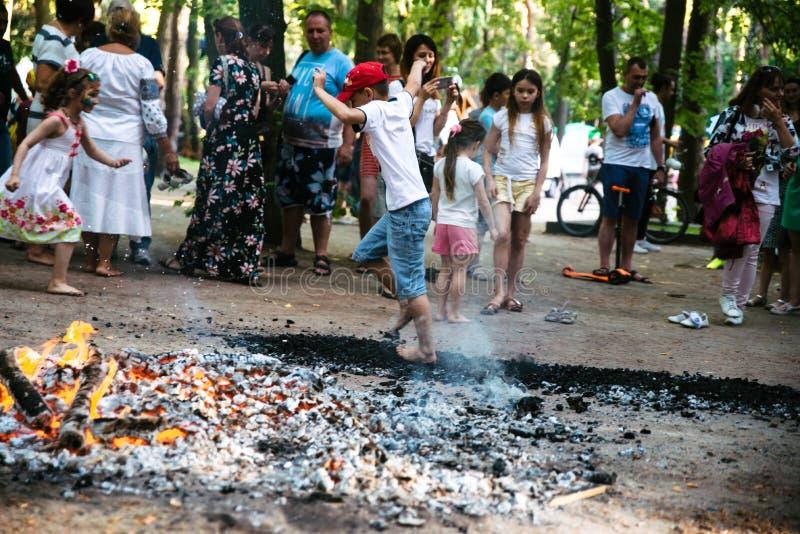 Οι άνθρωποι πηγαίνουν γύρω από τους άνθρακες σε ένα φεστιβάλ στο Τσερκάσυ Ουκρανία, στις 10 Ιουνίου 2018 στοκ φωτογραφίες με δικαίωμα ελεύθερης χρήσης