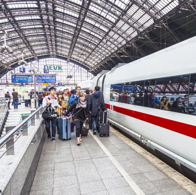 Οι άνθρωποι πιέζουν χρονικά στο intercity τραίνο στοκ εικόνα με δικαίωμα ελεύθερης χρήσης