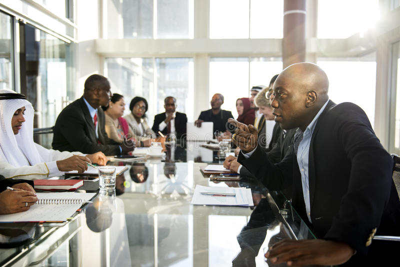 Οι άνθρωποι ποικιλομορφίας μιλούν τη συνεργασία Διεθνών Διασκέψεων στοκ φωτογραφίες