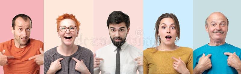 Οι άνθρωποι που εξετάζουν τη κάμερα που δείχνει σε τους που εκπλήσσονται να είναι στοκ εικόνες