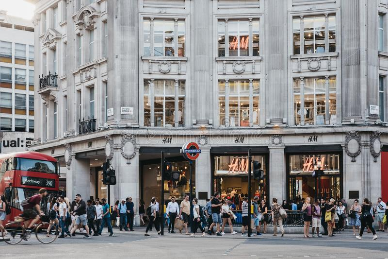 Οι άνθρωποι που περπατούν μπροστά από τη ναυαρχίδα H&M αποθηκεύουν στην οδό της Οξφόρδης, Λονδίνο, UK στοκ εικόνες