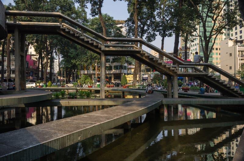 Οι άνθρωποι που περπατούν στο πάρκο χελωνών τακτοποιούν σε κεντρικό Saigon Ho Chi Minh, Βιετνάμ στοκ φωτογραφίες