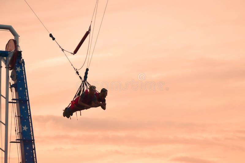 Οι άνθρωποι που πετούν στον πιό ψηλό ακτοφύλακα ουρανού στον κόσμο στον ουρανό οδήγησαν στην περιοχή Kissimmee στοκ φωτογραφία