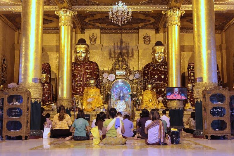 Οι άνθρωποι προσεύχονται στην παγόδα Shwedagon στοκ φωτογραφία με δικαίωμα ελεύθερης χρήσης