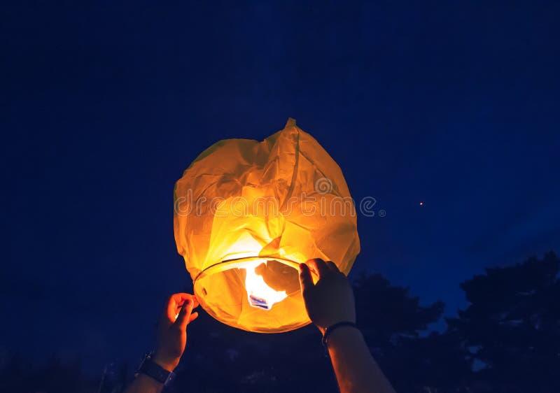 Οι άνθρωποι προωθούν το φανάρι ουρανού στον ουρανό στοκ φωτογραφία