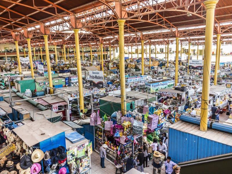 Οι άνθρωποι πωλούν τα αγαθά στην κεντρική αγορά σε Arequipa στοκ φωτογραφία με δικαίωμα ελεύθερης χρήσης