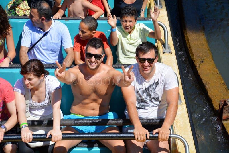 Οι άνθρωποι σε μια βάρκα σε έναν παφλασμό οδηγούν στο λούνα παρκ Aventura λιμένων στοκ εικόνα με δικαίωμα ελεύθερης χρήσης