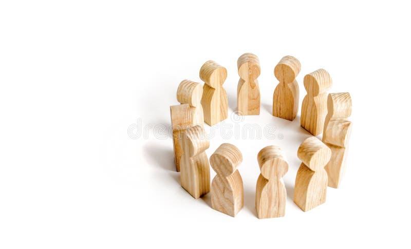 Οι άνθρωποι στέκονται σε έναν κύκλο σε ένα άσπρο υπόβαθρο Επικοινωνία Επιχειρησιακή ομάδα, ομαδική εργασία, ομαδικό πνεύμα Ξύλινο στοκ φωτογραφία