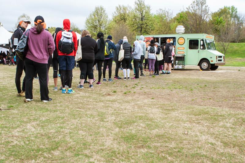 Οι άνθρωποι στέκονται στη μεγάλη ουρά που διατάζει από το φορτηγό τροφίμων στοκ φωτογραφία με δικαίωμα ελεύθερης χρήσης