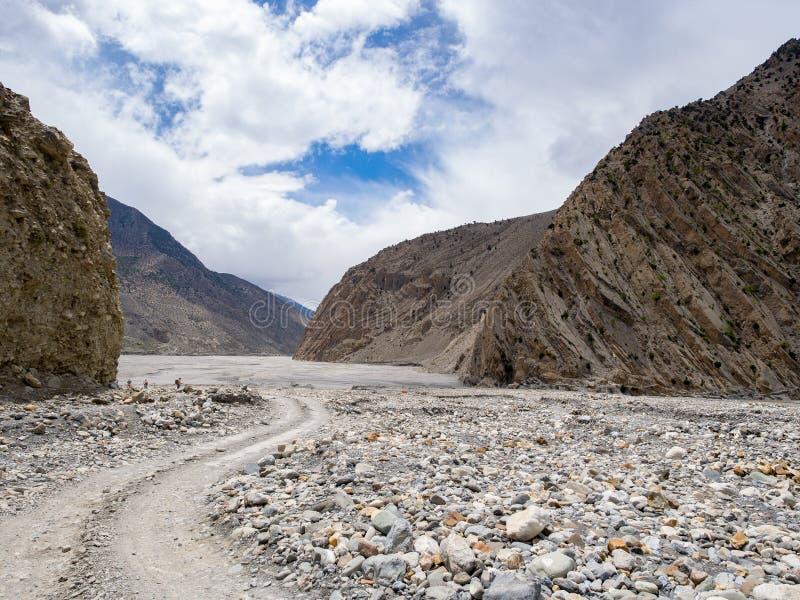 Οι άνθρωποι στην απόσταση που περπατά και που S-curve διαμόρφωσαν τη διαδρομή μέσω της κοιλάδας βουνών βράχου στοκ φωτογραφία με δικαίωμα ελεύθερης χρήσης