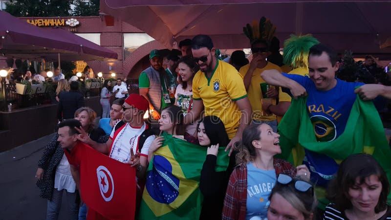 Οι άνθρωποι στην εθνική ομάδα ποδοσφαίρου φορούν στοκ εικόνα με δικαίωμα ελεύθερης χρήσης