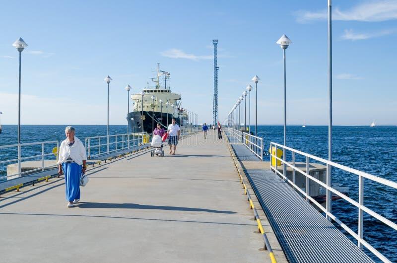 Οι άνθρωποι στηρίζονται στις ημέρες θάλασσας στο Ταλίν στοκ εικόνες
