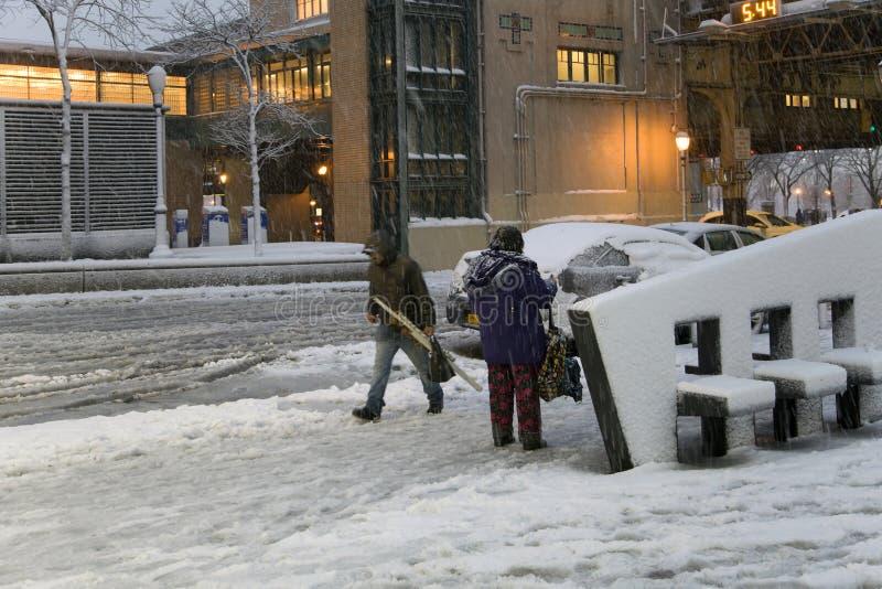Οι άνθρωποι στο χιόνι μαίνονται κοντά σε Αμερικανό Stadum στο Bronx Νέα Υόρκη στοκ εικόνες