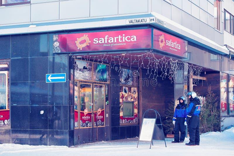 Οι άνθρωποι στο όχημα για το χιόνι και το γραφείο σαφάρι ταράνδων κεντροθετούν το χειμώνα Ροβανιέμι στοκ φωτογραφίες με δικαίωμα ελεύθερης χρήσης