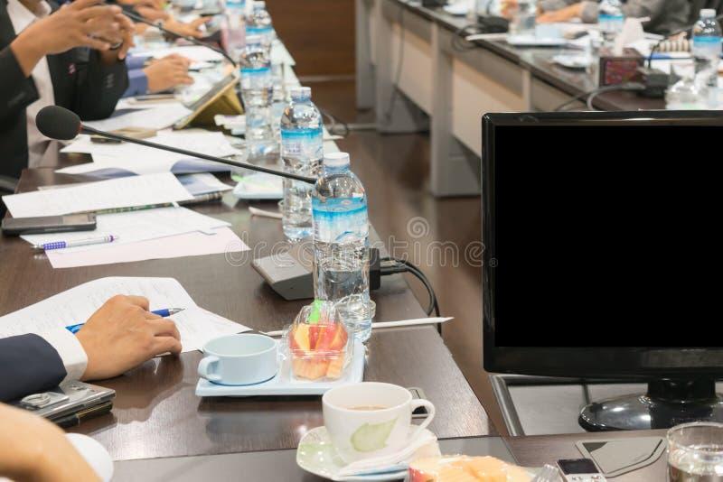 Οι άνθρωποι συμμετέχουν στις επιχειρησιακές συνεδριάσεις στοκ εικόνα