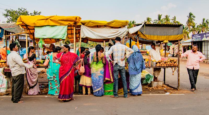 Οι άνθρωποι συσσωρεύουν γύρω από τους στάβλους τροφίμων στη μικρή αγορά ακρών του δρόμου πριν στοκ εικόνες με δικαίωμα ελεύθερης χρήσης