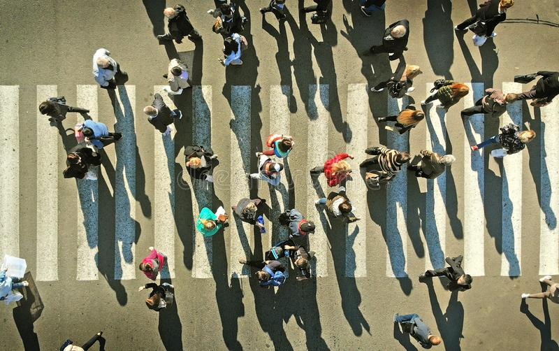 Οι άνθρωποι συσσωρεύουν σε μια για τους πεζούς διάβαση πεζών _ στοκ φωτογραφίες με δικαίωμα ελεύθερης χρήσης