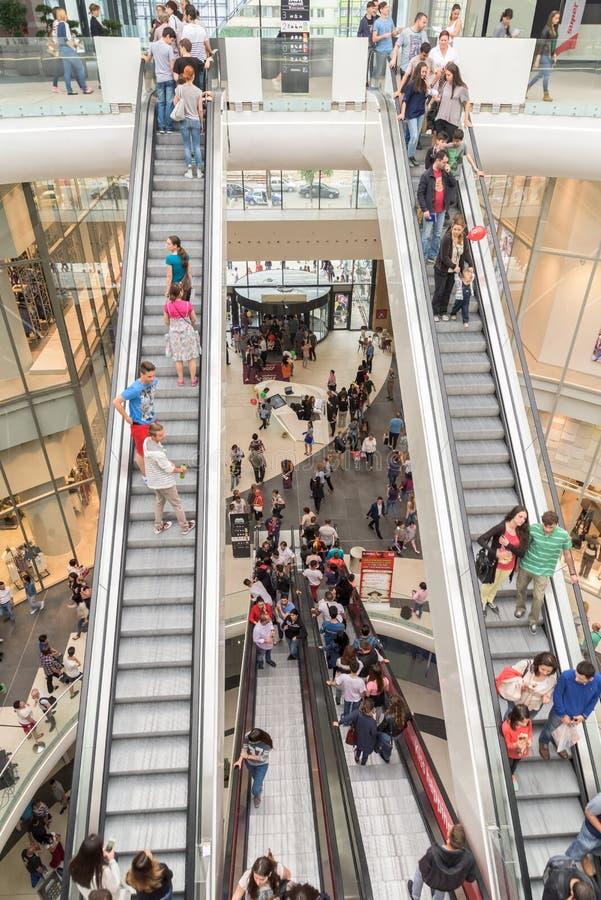 Οι άνθρωποι συσσωρεύουν τη βιασύνη στα εσωτερικά σκαλοπάτια λεωφόρων πολυτέλειας αγορών στοκ φωτογραφία με δικαίωμα ελεύθερης χρήσης