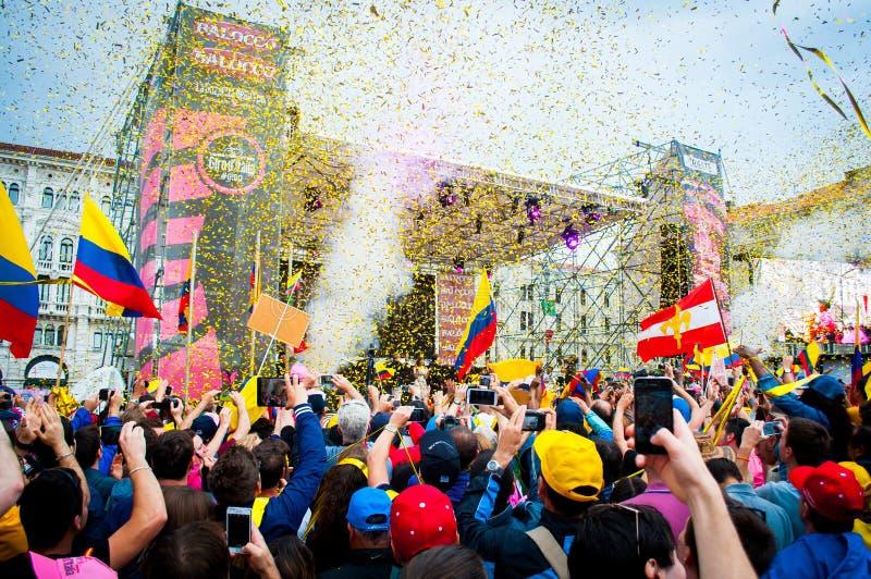 Οι άνθρωποι σύλλεξαν για να γιορτάσουν το quintana nairo κερδίζοντας το γύρο της Ιταλίας, Τεργέστη, Ιταλία, το 2014 στοκ φωτογραφίες με δικαίωμα ελεύθερης χρήσης