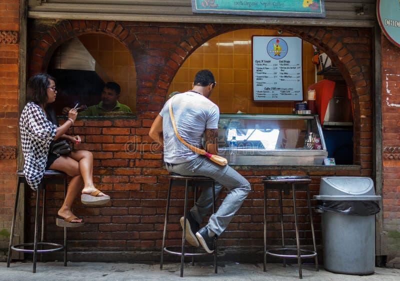 Οι άνθρωποι τρώνε σε έναν καφέ στο Κατμαντού, Νεπάλ στοκ εικόνες