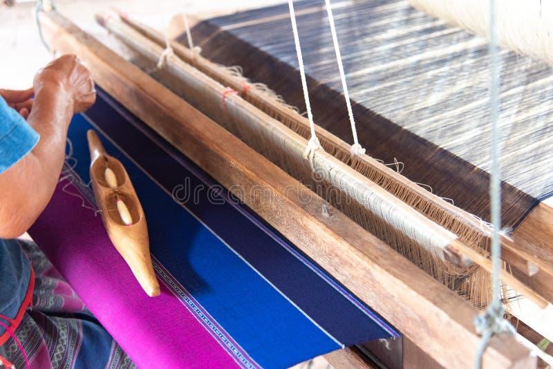 Οι άνθρωποι υφαίνουν με τις παραδοσιακές ταϊλανδικές υφαίνοντας μηχανές Lanna στοκ εικόνα με δικαίωμα ελεύθερης χρήσης