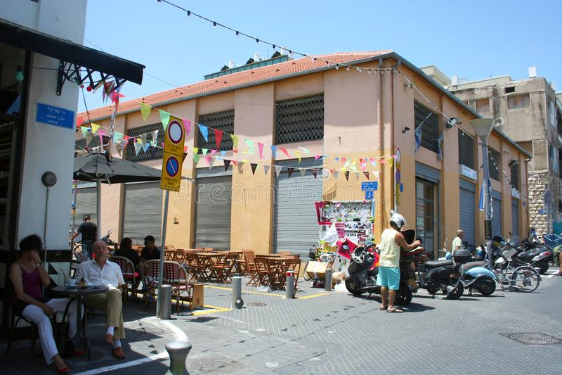 Οι άνθρωποι χαλαρώνουν στον καφέ στην οδό Εικονική παράσταση πόλης του Τελ Αβίβ, Ισραήλ στοκ φωτογραφία με δικαίωμα ελεύθερης χρήσης