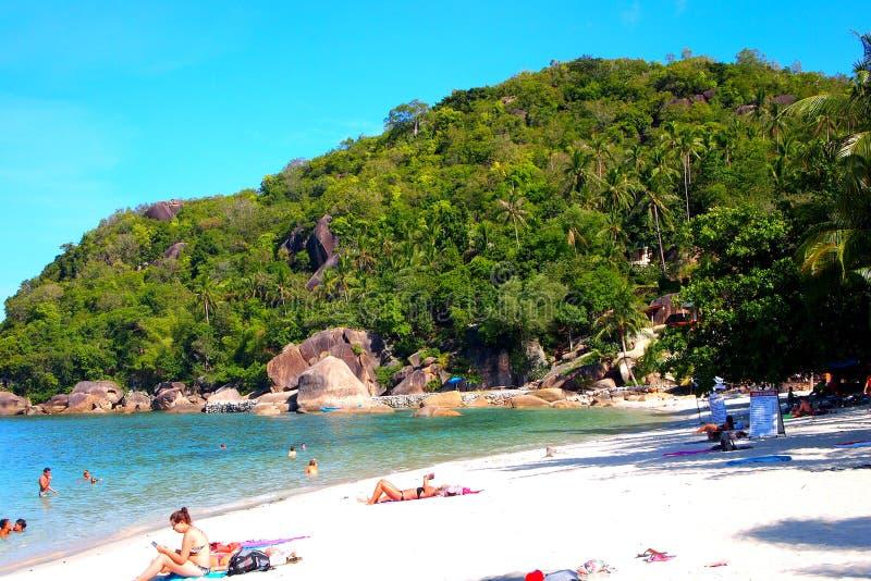 Οι άνθρωποι χαλαρώνουν σε έναν τροπικό παράδεισο παραλιών στοκ φωτογραφία