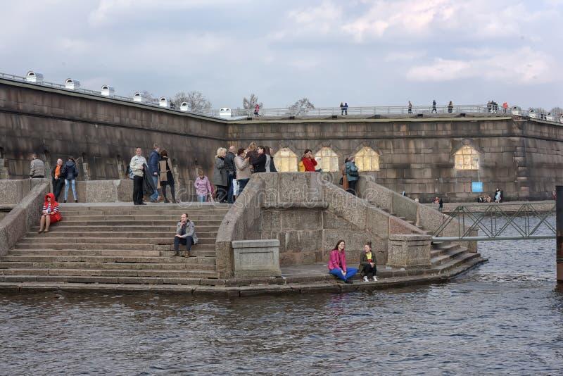 Οι άνθρωποι χαλαρώνουν στον ποταμό Neva στοκ εικόνα με δικαίωμα ελεύθερης χρήσης
