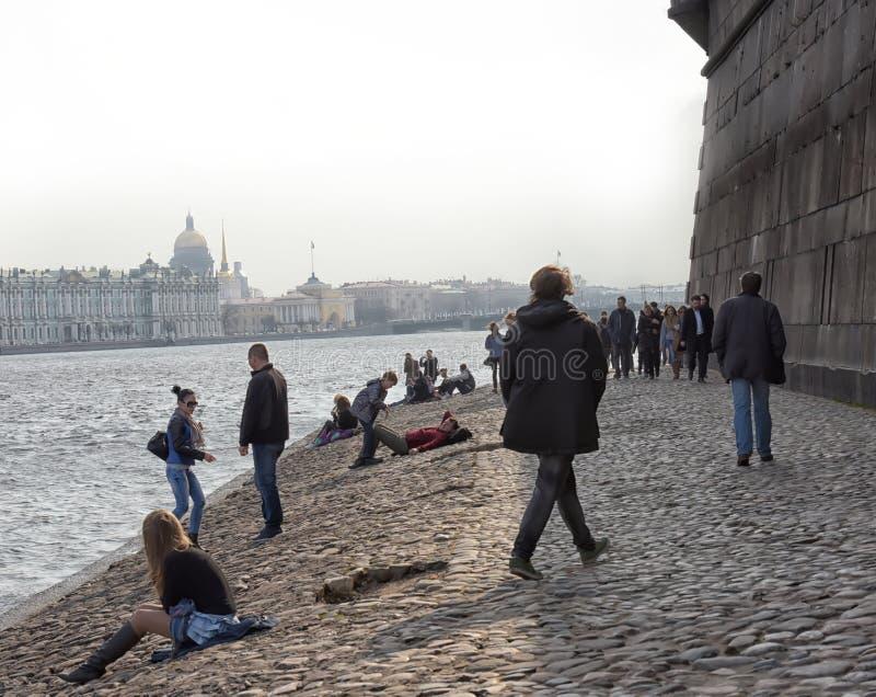 Οι άνθρωποι χαλαρώνουν στον ποταμό Neva στοκ φωτογραφία
