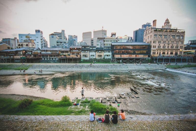 Οι άνθρωποι χαλαρώνουν τον κοντινό ποταμό στο Κιότο στοκ φωτογραφίες με δικαίωμα ελεύθερης χρήσης