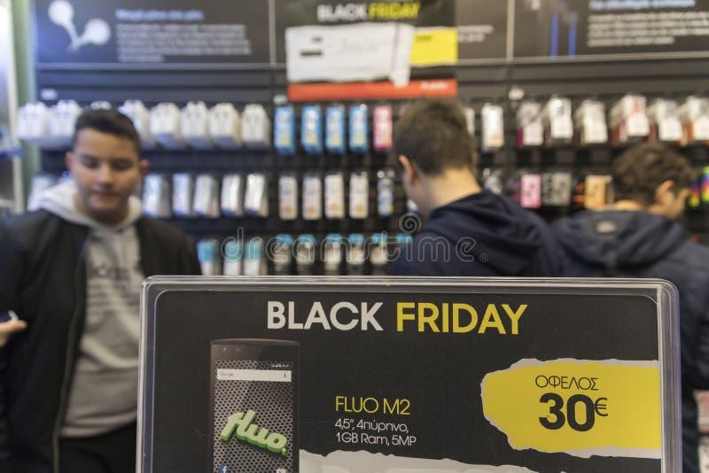 Οι άνθρωποι ψωνίζουν μέσα σε ένα πολυκατάστημα κατά τη διάρκεια του μαύρου shoppi Παρασκευής στοκ εικόνα με δικαίωμα ελεύθερης χρήσης