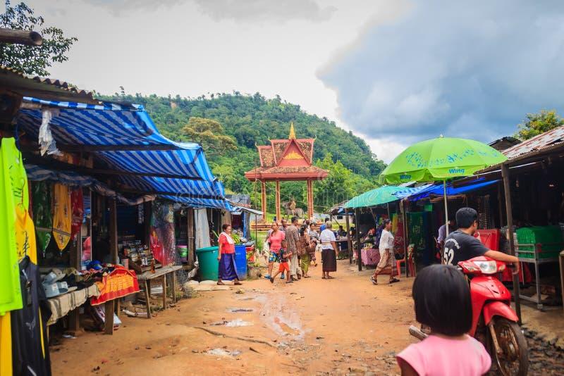 Οι άνθρωποι ψωνίζουν παζαριών Chong Arn μΑ, διέλευση συνόρων ταϊλανδικός-Καμπότζη (αποκαλούμενη μια διέλευση συνόρων Ses στην Καμ στοκ εικόνες με δικαίωμα ελεύθερης χρήσης
