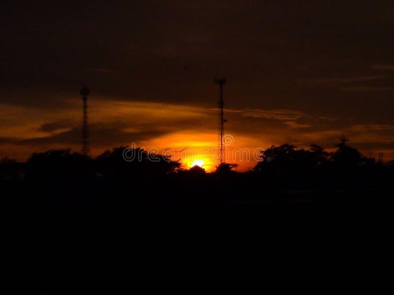 οι άνοδοι ήλιων στο πρωί και είναι πορτοκαλιές στοκ εικόνα