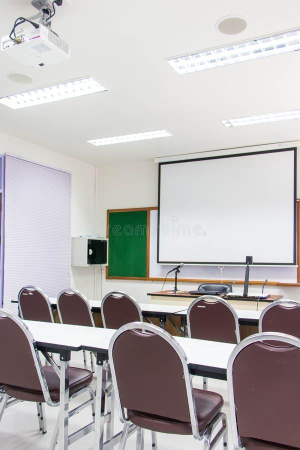 Οι άσπρες τάξεις είναι διαθέσιμες σήμερα με τα γραφεία και τις καρέκλες σπουδαστών στοκ εικόνα