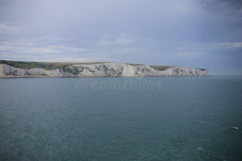 Οι άσπροι απότομοι βράχοι του Ντόβερ στην Αγγλία το καλοκαίρι στοκ εικόνα